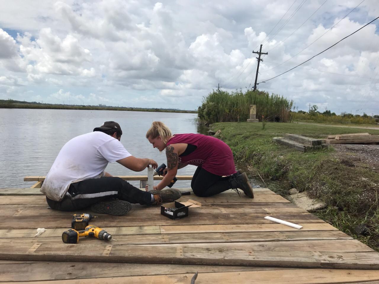 SDI Volunteers arbeiten an der Terasse am See